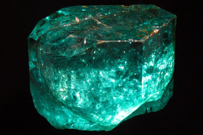 Кристалл не может быть разбит и огранен, так как имеет внутренние трещины