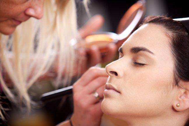 Учимся: как сделать профессиональный вечерний макияж в домашних условиях