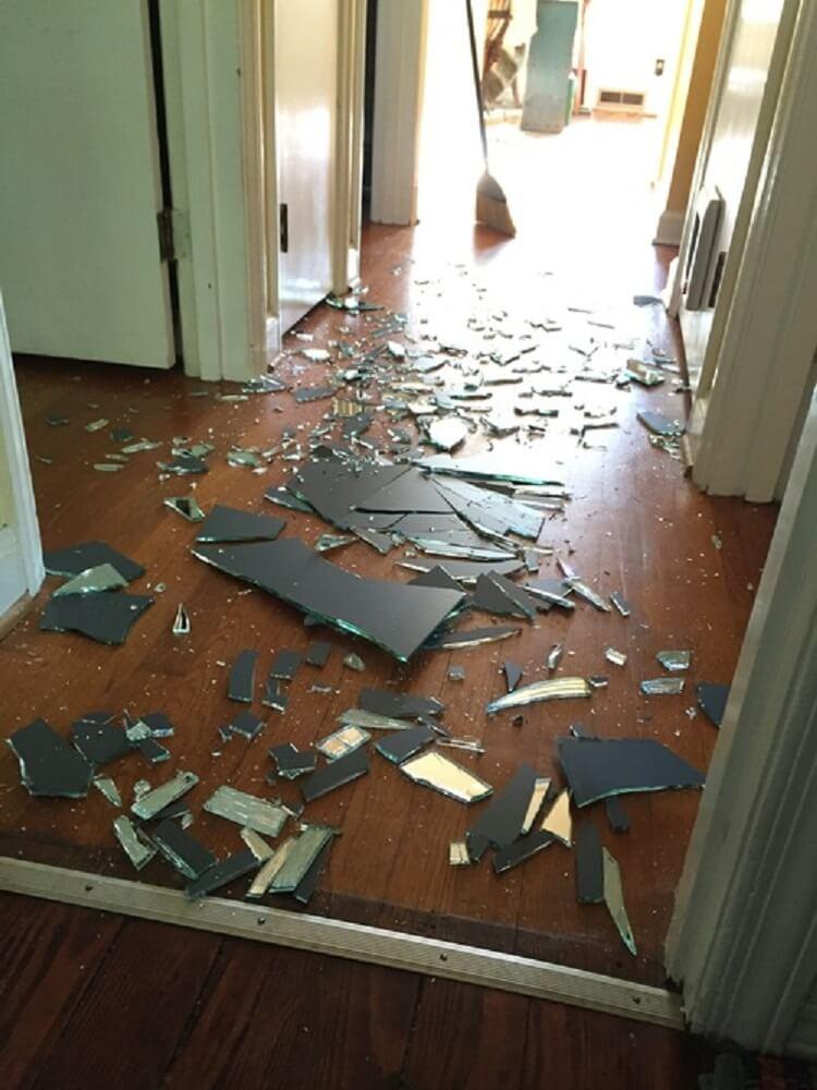 Ее сын в порыве гнева разбил огромное зеркало. Реакция мамы — пример многим родителям