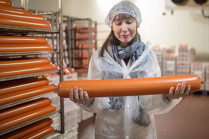 Минсельхоз заставит иностранцев покупать российские конфеты и колбасу