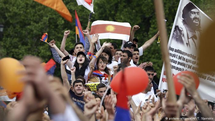 В Ереване протестующие ворвались в здание мэрии