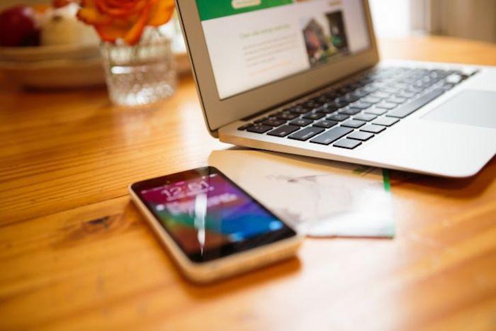 Лучше не оставлять телефон на столе рядом с ноутбуком.