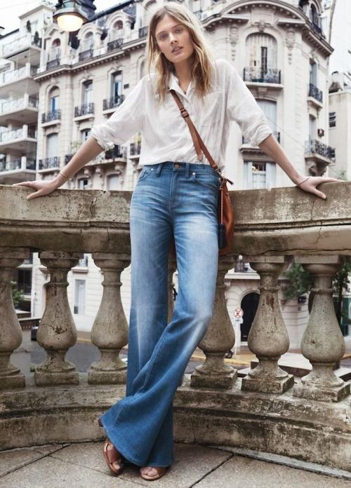 Расклешенные джинсы и светлая рубашка