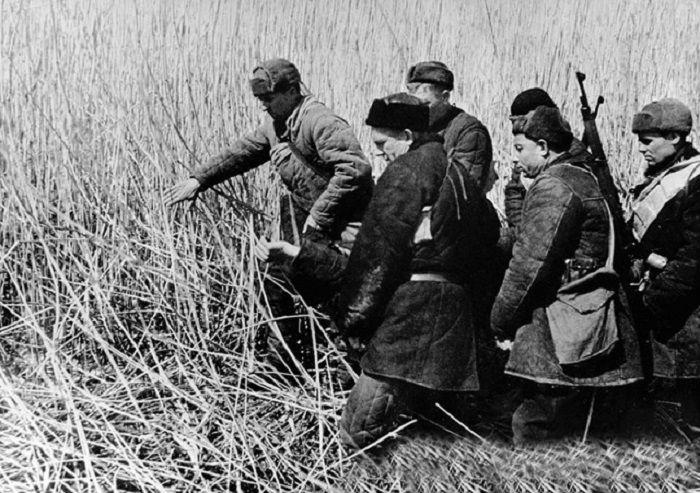 Партизаны несут своего товарища убитого в бою, 1941 год.