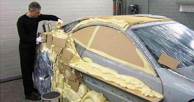 Мужчина восстановил авто после аварии трафаретом и пеной