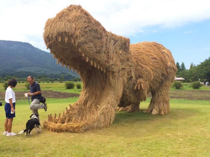 Динозавры из соломы в мире, скульптура