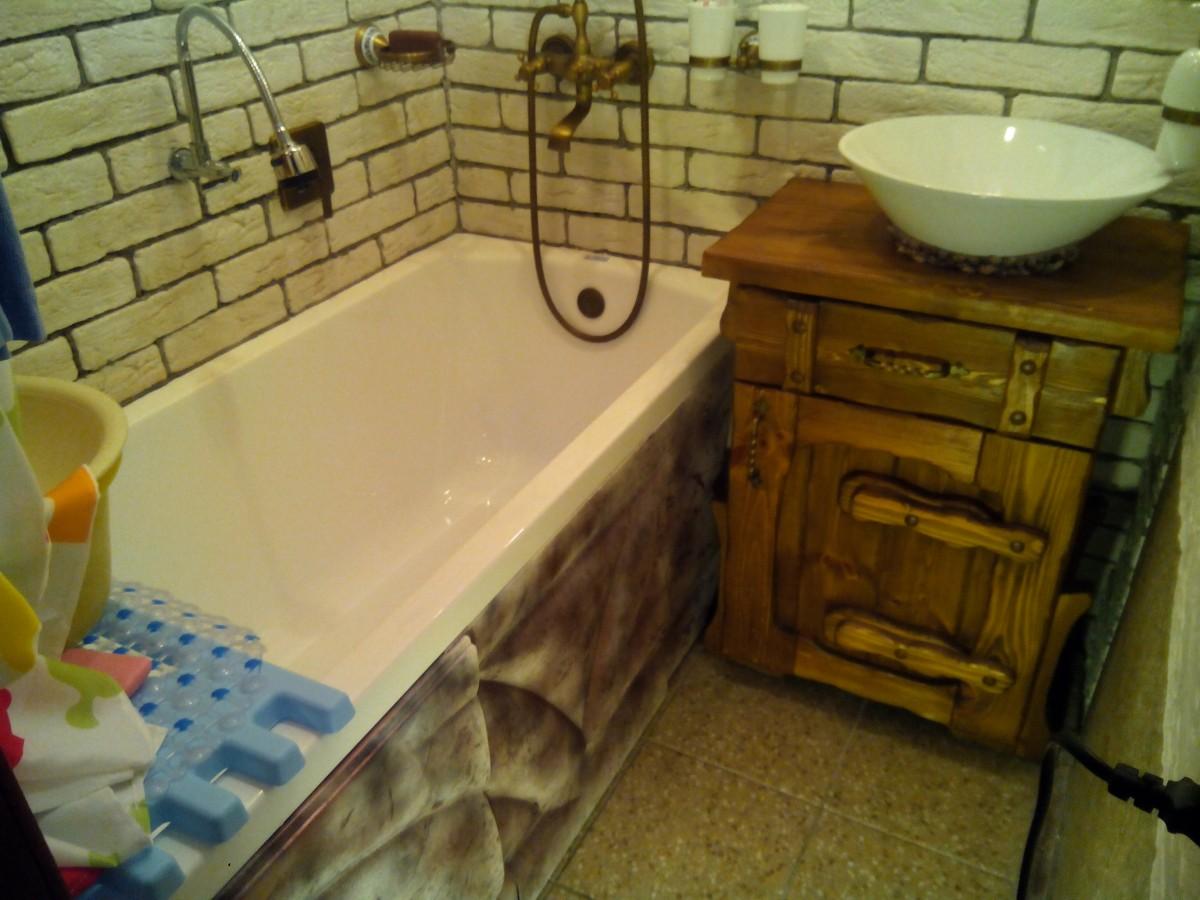 Ванная комната под старину, деревянная тумба в ванную комнату