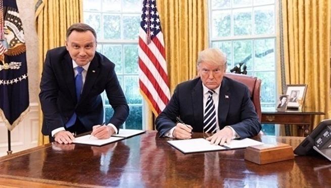 Польский канал уволил сотрудника за унизительное фото Дуды с Трампом