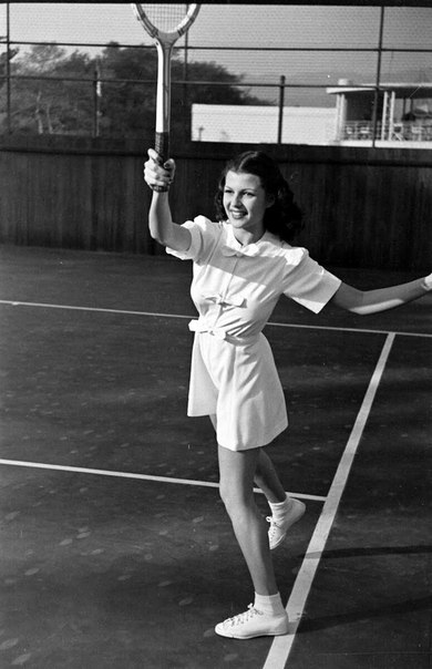 Рита Хейворт играет в теннис, 1941 год.