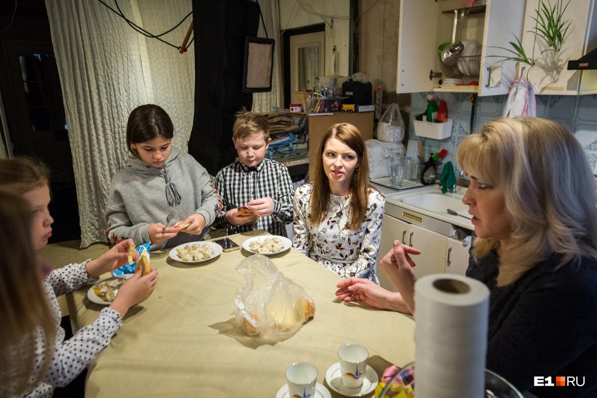 «Ты рожаешь для себя, государство не просило»: правила жизни 47-летней мамы семерых детей