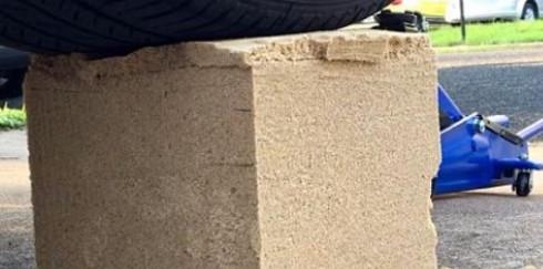 Сверхпрочный «слоеный» кирпич из земли и бумаги может стать основой для экостроительства