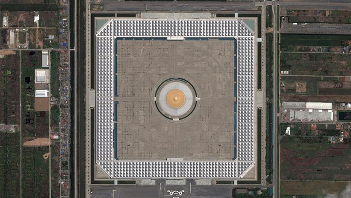 Сто тысяч буддийских монахов одновременно молятся за мир в этом монастыре