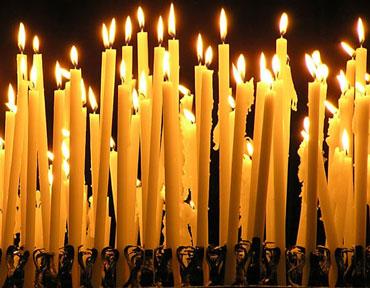 Много церковных свечей