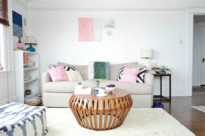 Светлая комната с отличным столом, который хорошо вписался в интерьер.