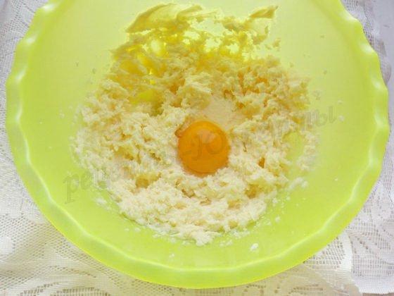 по одному добавляем яйца и взбиваем
