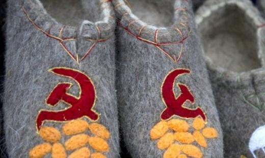 В Госдуме предложили сажать на пять лет за серп и молот на одежде