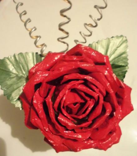 Роза из жестяной консервной банки
