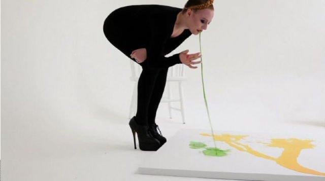 Нечто неординарное: девушка пишет картины… РВОТОЙ!