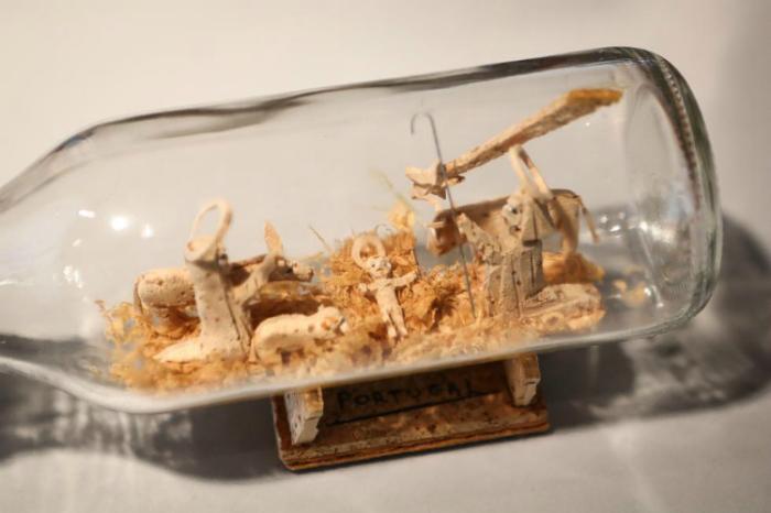 Идеи превращения винных бутылок в стильные и функциональные: Миниатюра в бутылке. Деревянные фигурки внутри стеклянной бутылки - оригинальное украшение дома.
