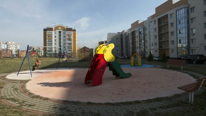 Воспитательница отвлеклась: В Петербурге малышка погибла в детсаду, задыхаясь на горке почти 10 минут