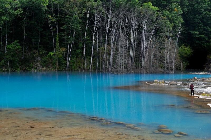 Фантастический цвет воды пруда Биэй