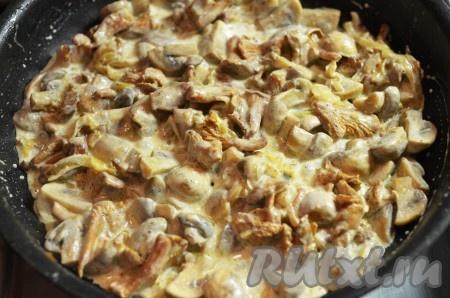 Затем приправьте по вкусу и влейте сливки. Буквально 5 минут и начинка для сырного пирога готова.