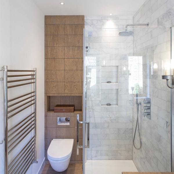 Встроенный шкаф в туалете за унитазом