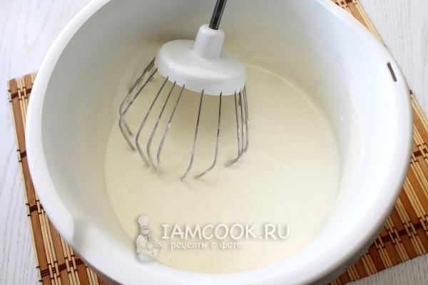 Влить желатин в творожную смесь