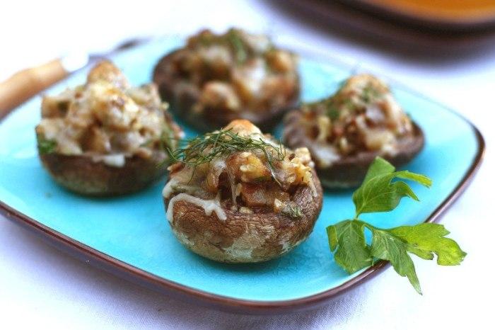 Шампиньоны с сыром и грецкими орехами.  Фото: vk.com.