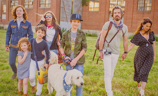 Солист популярной в 90-х группы Hanson станет отцом в шестой раз