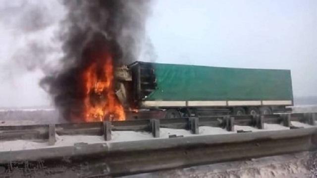 На Украине убиты два российских дальнобойщика, прорвавшихся через блокаду националистов