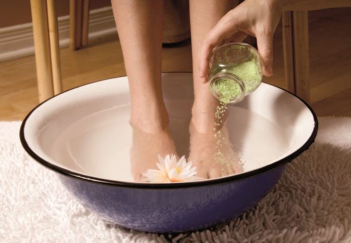 4 удивительных способа лечения потрескавшихся стоп ног
