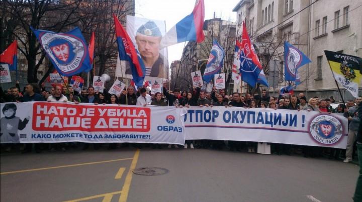 """""""Вставай, страна огромная, Вставай на смертный бой..."""". Тысячи сербов вышли в Белграде на массовый митинг против НАТО с флагами России"""