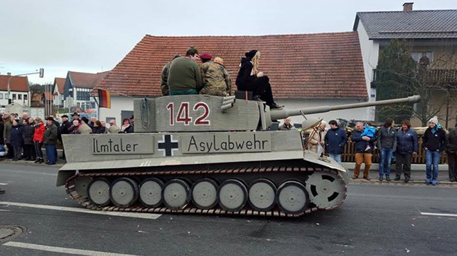В Баварии разразился скандал из-за антимигрантского танка на карнавале