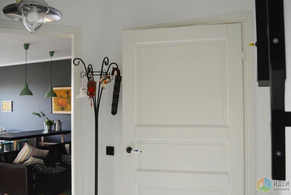 Белые финские двери, аксессуары для прихожей