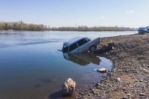 """Спасатели вытащили из Енисея """"Жигули"""" в районе парка 1 мая"""
