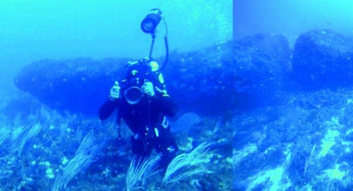 Загадочный подводный монолит