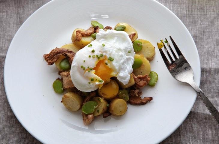 Яйцо-пашот с бобами, картофелем и грибами