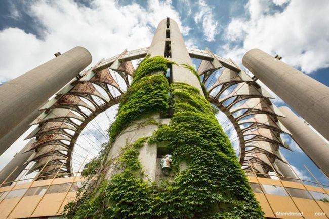 Зарастающее здание в Флашинг-Медоус–Корона-парк в Нью-Йорке заброшенное, природа, разрушение, цивилизация