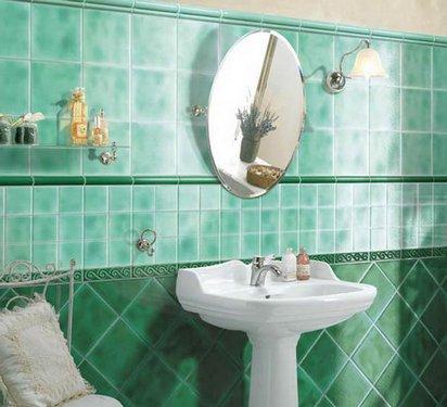 изумрудная плитка в ванной