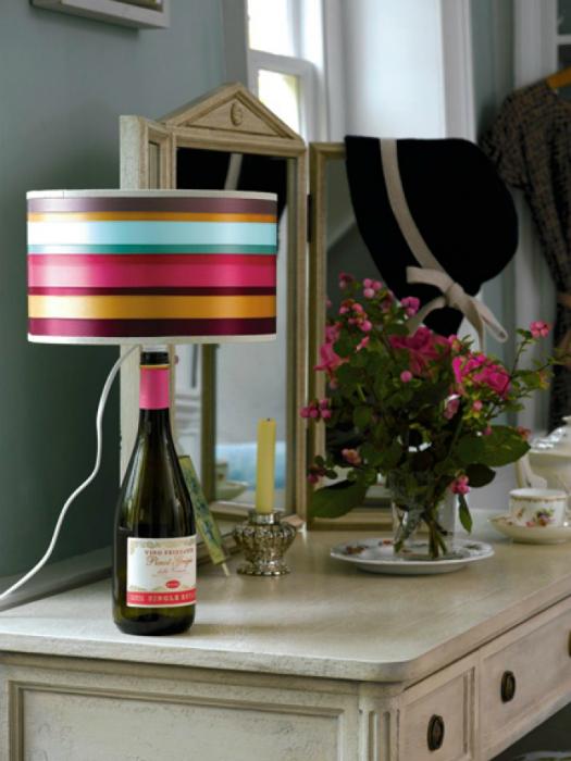 Идеи превращения винных бутылок в стильные и функциональные: Настольная лампа. Винная бутылка вместо обычной поставки под плафон.