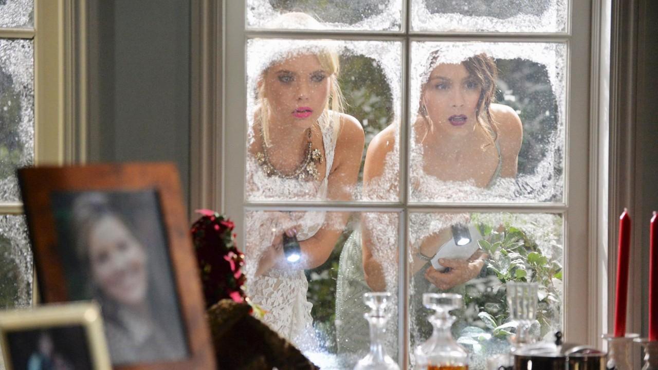 Женщиной за подсматривал окно в