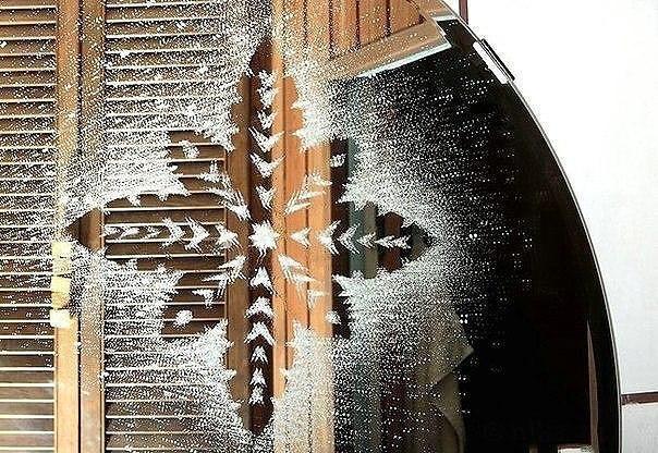 """Как сделать """"настоящие"""" морозные снежинки на окне или зеркале"""