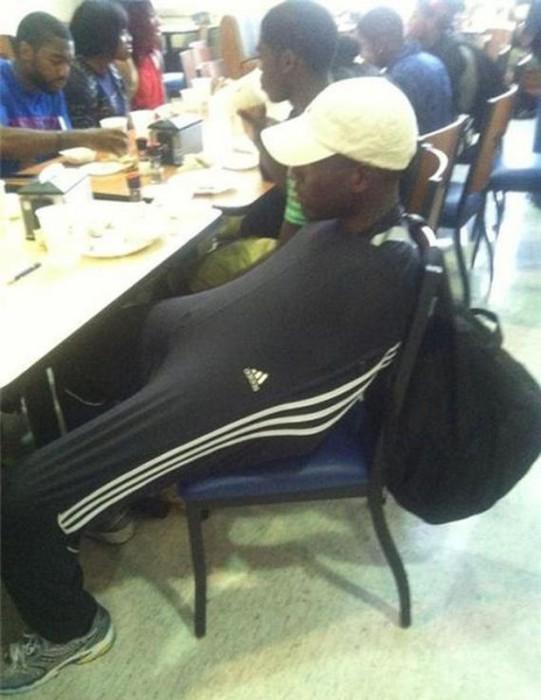 Оригинальный способ спрятаться ото всех в своих собственных спортивных штанах.