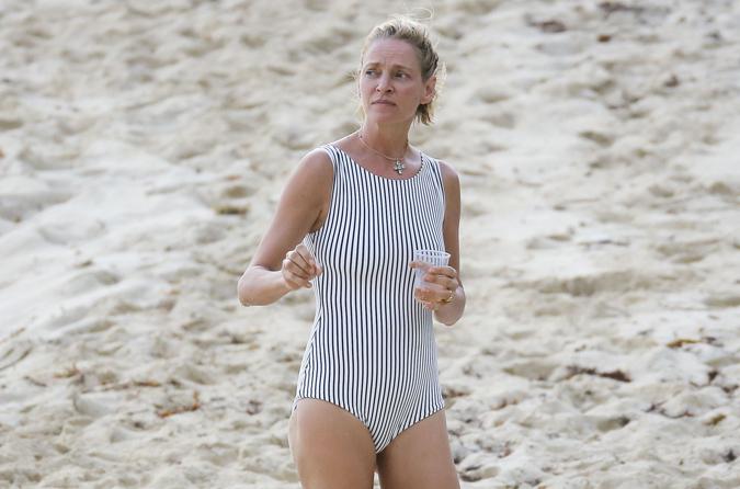 Ума Турман шокировала Сен-Бартс своим полосатым купальником
