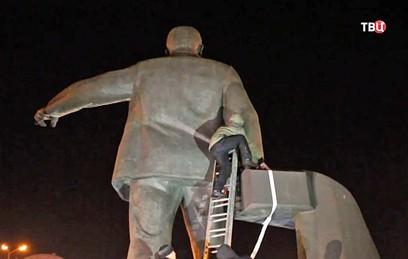 В Днепропетровске снесли памятник революционеру Петровскому