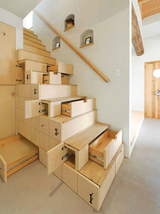Деревянная лестница с множеством встроенных ящиков для хранения разных вещей.