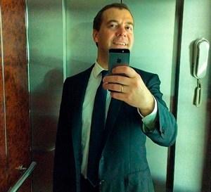 Вчера содержание трех айфонов Дмитрия Медведева продавали за $114 тысяч