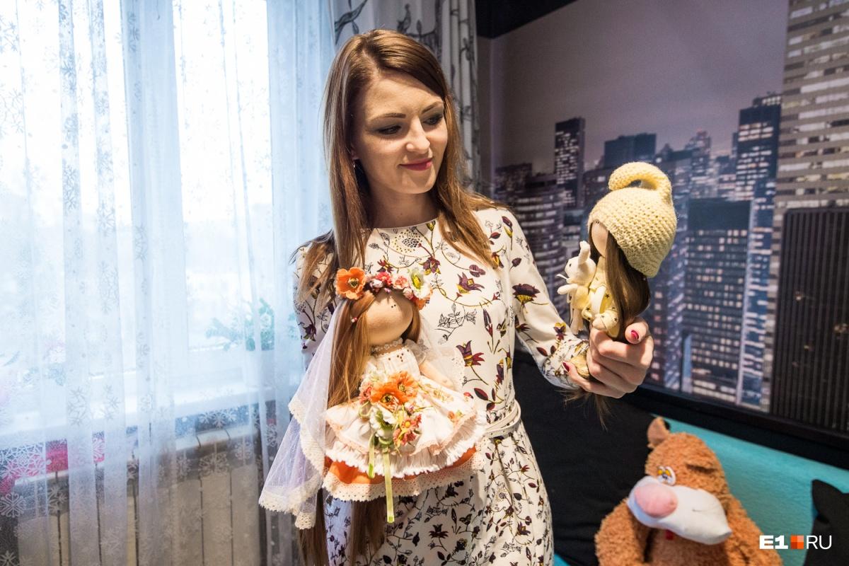 Обе старшие дочки Светланы окончили университеты, но, например, Наташа не работает по специальности (она инженер), а шьёт на заказ прекрасных текстильных кукол