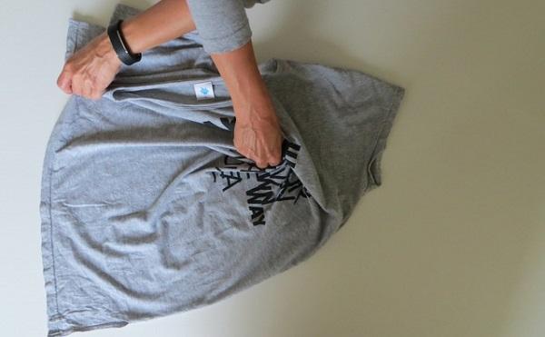 Как сложить футболку за секунду одним движением руки: быстрее не придумаешь!